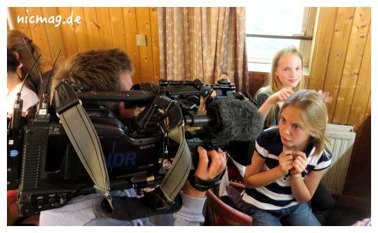 NDR-Kameramann in der Garderobe der U10-Darstellerinnen der Musical Company