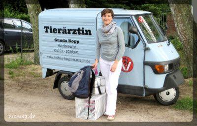 Gunda Kopp mit ihrem Tierarzt-Mobil