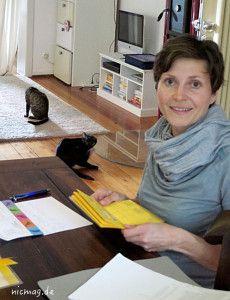 Gunda Kopp mit Henrys Impfpass. Die Patienten stören sich nicht an ihrer Anwesenheit