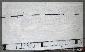 Weiße Schrift auf weißem Grund