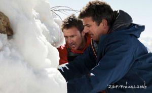 Martin (Hans Sigl, r.) und sein Bruder Hans (Heiko Ruprecht), versuchen ein Lawinen-Opfer zu bergen –©ZDF/Frank Lübke