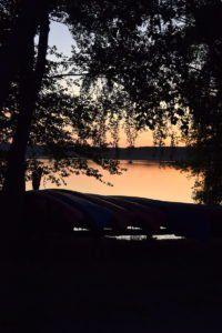 Kanus im Sonnenuntergang