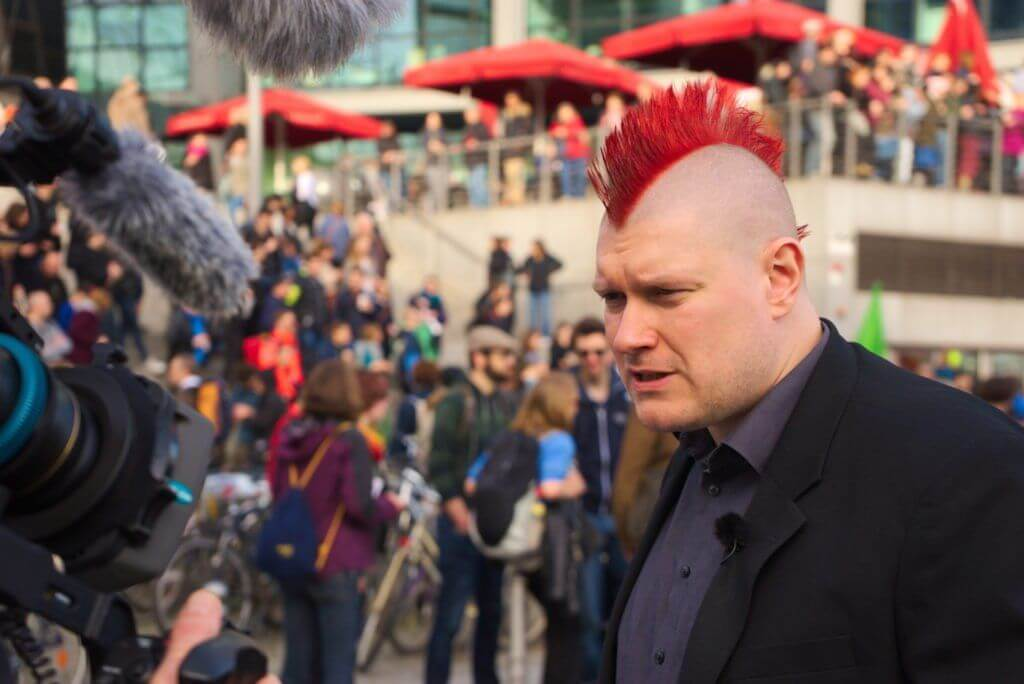 """""""Manipuliert"""": Sascha Lobo im Gespräch mit Demonstranten. Copyright: ZDF/Tobias Jahns"""