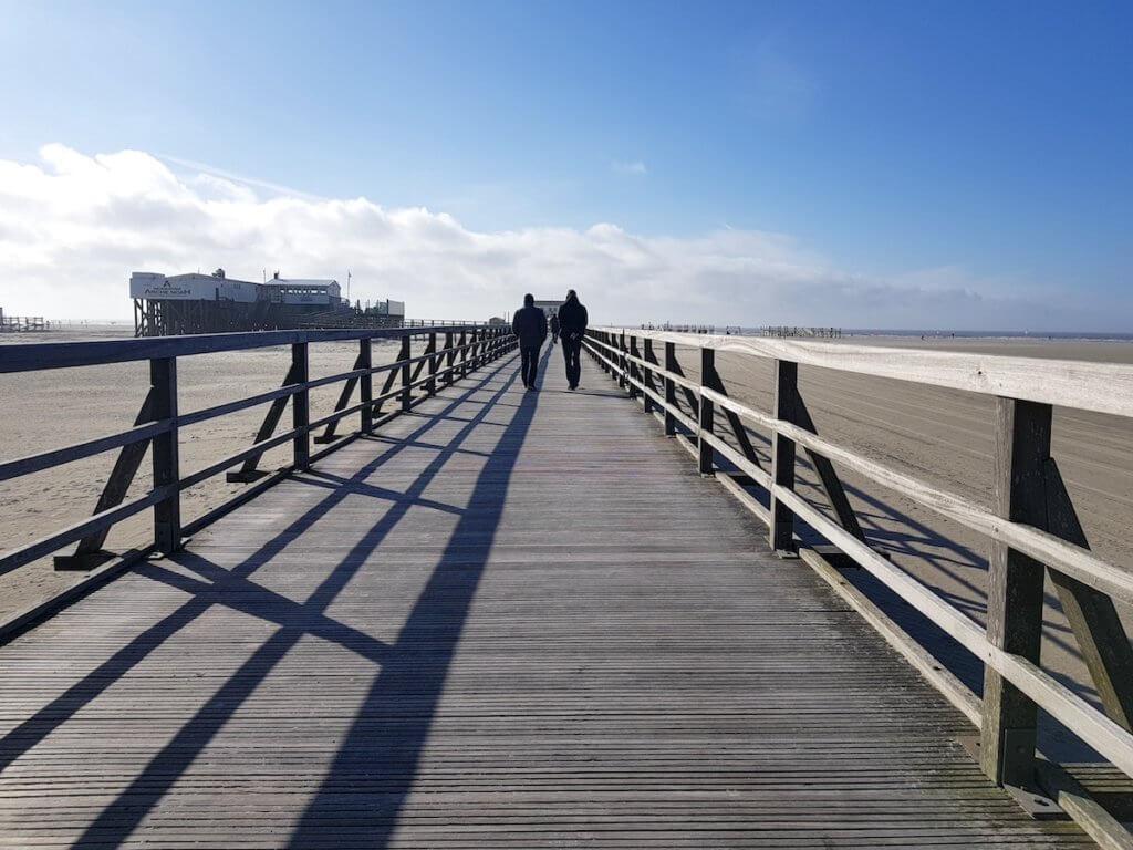 Die Holzbrücke in St. Peter-Ording – Foto: Nicole Stroschein