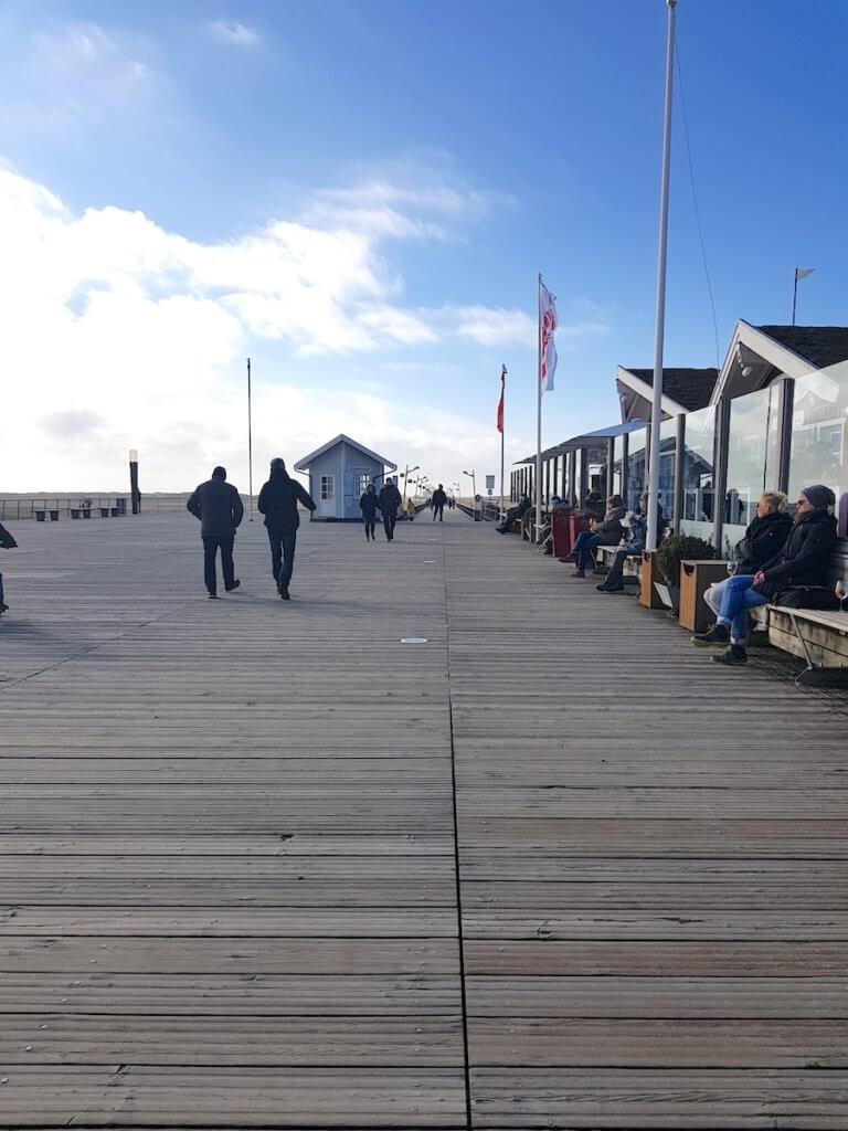 Die Holzbrücke und das Fischrestaurant Gosch in St. Peter-Ording – Foto: Nicole Stroschein