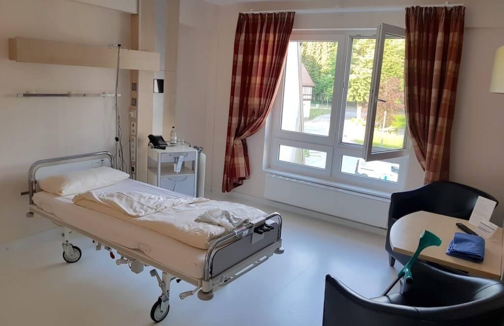 Zimmer in der Park-Klinik Manhagen in Großhansdorf – Foto: Nicole Stroschein
