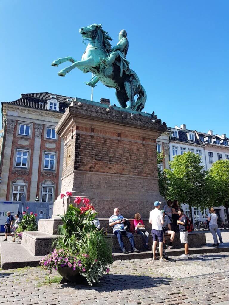 Die Statue von Bischof Absalon am Højbro Platz in Kopenhagen – Foto: Nicole Stroschein
