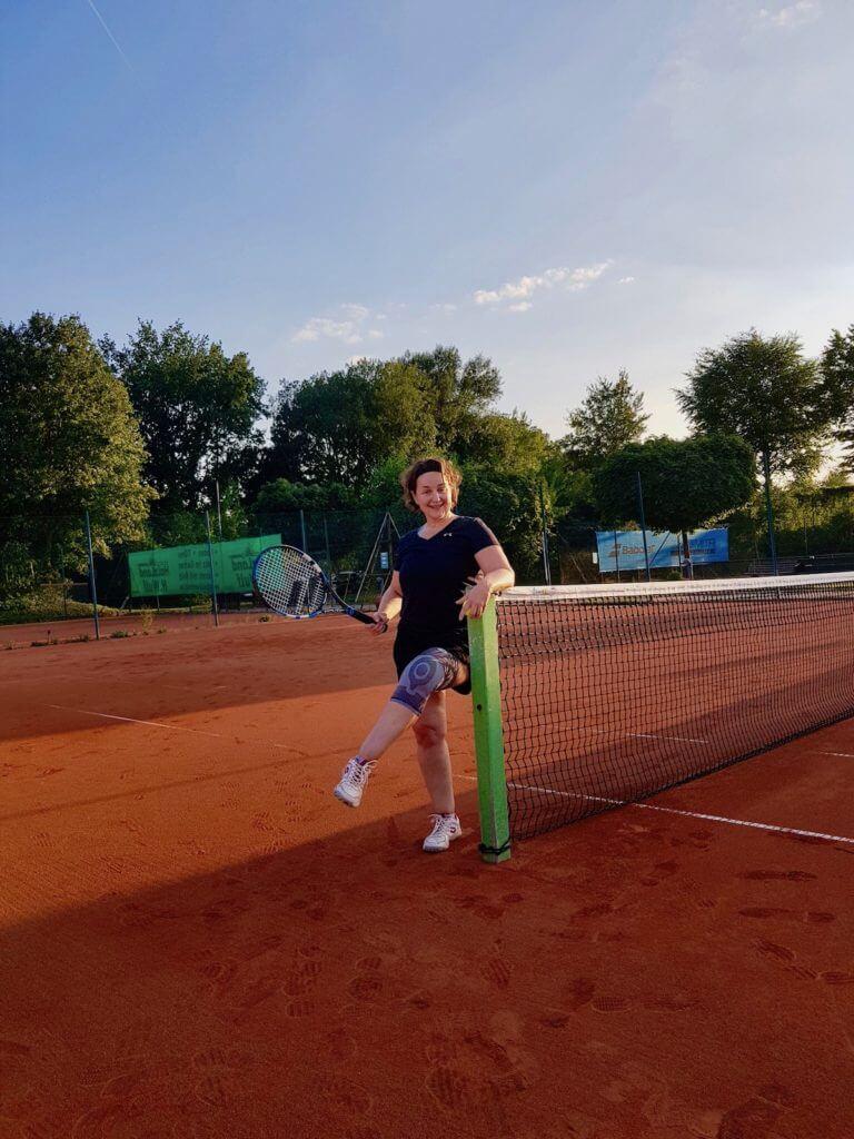 Tennis, die ersten Versuche nach der OP – Foto: Luzie Stroschein