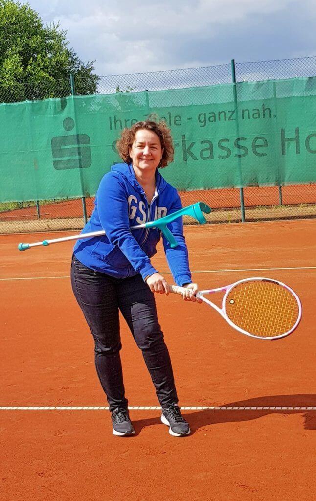 Mit Krücken auf dem Tennisplatz – Foto: Luzie Stroschein